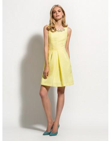 Laura Bernal vestido corto amarillo